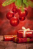 Decoración de la Navidad - bolas y regalos Fotografía de archivo libre de regalías