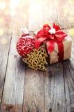 Decoración de la Navidad (caja, árbol de navidad de la papiroflexia) sobre vagos de madera Fotografía de archivo
