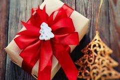 Decoración de la Navidad (caja, árbol de navidad de la papiroflexia) sobre vagos de madera Fotos de archivo libres de regalías