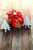 Decoración de la Navidad (caja, árbol de navidad de la papiroflexia) sobre vagos de madera Imagenes de archivo