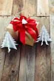 Decoración de la Navidad (caja, árbol de navidad de la papiroflexia) sobre vagos de madera Foto de archivo