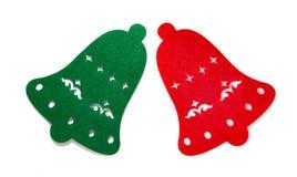 Decoración de la Navidad de campanas planas verdes y rojas en blanco imagenes de archivo
