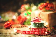 Decoración de la Navidad con la cinta del vintage Imagenes de archivo