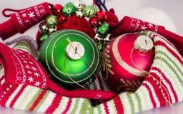 Decoración de la Navidad con colores rojos y verdes tradicionales Imágenes de archivo libres de regalías