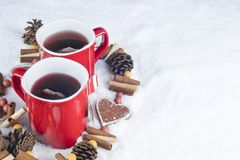 Decoración de la Navidad con dos tazas rojas de té caliente en un backgroun imagen de archivo libre de regalías