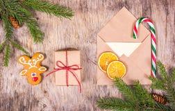 Decoración de la Navidad con el árbol de abeto, el pan de jengibre, el regalo y un sobre Carta a Papá Noel imagenes de archivo