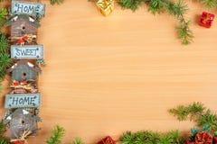 Decoración de la Navidad con el árbol de abeto y regalo con un adorno o un moti Foto de archivo libre de regalías