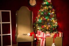 Decoración de la Navidad con el árbol de abeto y una butaca Fotos de archivo