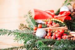 Decoración de la Navidad con el árbol de navidad de la rama Foto de archivo libre de regalías