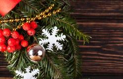 Decoración de la Navidad con el árbol de navidad de la rama Foto de archivo