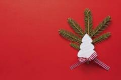Decoración de la Navidad con el árbol de navidad de madera blanco en fondo rojo Copie el papel pintado del espacio Imagen de archivo