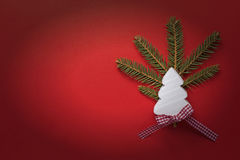 Decoración de la Navidad con el árbol de navidad de madera blanco en fondo rojo Copie el papel pintado del espacio Tarjeta de Nav Fotos de archivo libres de regalías