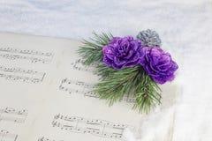Decoración de la Navidad con el árbol de pino, la estrella roja y la partitura musical Imagen de archivo libre de regalías