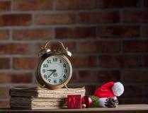 Decoración de la Navidad con el despertador y los libros viejos Foto de archivo libre de regalías