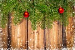 Decoración de la Navidad con el espacio para el texto en backgr de madera rústico Imagen de archivo