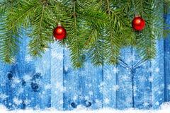 Decoración de la Navidad con el espacio para el texto en fondo de madera Foto de archivo