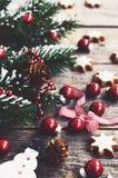 Decoración de la Navidad con el muñeco de nieve, los conos del pino, las bolas de Navidad y las galletas rojas Imagenes de archivo