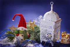 Decoración de la Navidad con el muñeco de nieve y la linterna Foto de archivo