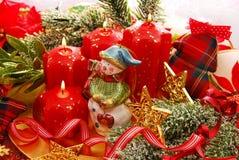 Decoración de la Navidad con el muñeco de nieve y las velas Imagen de archivo