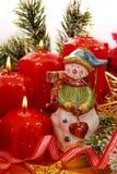 Decoración de la Navidad con el muñeco de nieve y las velas Imagen de archivo libre de regalías
