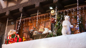 Decoración de la Navidad con el oso blanco en Estrasburgo Imagenes de archivo