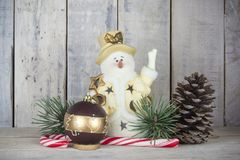 Decoración de la Navidad con la estatuilla del muñeco de nieve, el árbol de pino y la chuchería Foto de archivo