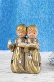 Decoración de la Navidad con la figura del ángel, chucherías rojas, árbol de pino b Fotos de archivo libres de regalías