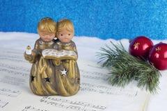 Decoración de la Navidad con la figura del ángel, chucherías rojas, árbol de pino b Imagen de archivo libre de regalías