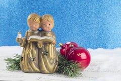 Decoración de la Navidad con la figura del ángel, chucherías rojas, árbol de pino b Imagenes de archivo