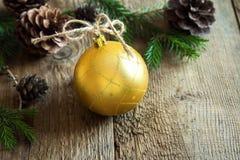 Decoración de la Navidad con la bola de oro Foto de archivo