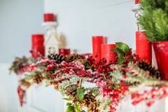 Decoración de la Navidad con la chimenea en el cuarto Foto de archivo libre de regalías