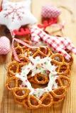 Decoración de la Navidad con la guirnalda de los pretzeles Fotos de archivo