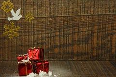 Decoración de la Navidad con la paloma y los copos de nieve blancos Fotografía de archivo libre de regalías