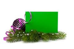 Decoración de la Navidad con la tarjeta de felicitación aislada en el backgr blanco Imagen de archivo