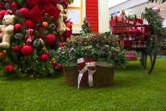 Decoración de la Navidad con las bolas, cestas de flores, la Navidad t Foto de archivo