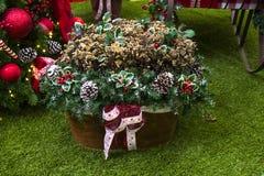 Decoración de la Navidad con las bolas, cestas de flores, la Navidad t Fotos de archivo libres de regalías