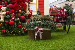 Decoración de la Navidad con las bolas, cestas de flores, la Navidad t Fotografía de archivo