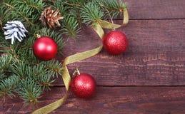 Decoración de la Navidad con las bolas, el árbol de navidad, los conos y las cintas coloridos hermosos en fondo de madera Fotos de archivo libres de regalías
