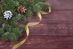 Decoración de la Navidad con las bolas, el árbol de navidad, los conos y las cintas coloridos hermosos en fondo de madera Imágenes de archivo libres de regalías