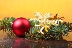 Decoración de la Navidad con las bolas, el árbol de navidad y los conos de abeto coloridos hermosos en fondo de madera Imagen de archivo