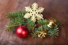 Decoración de la Navidad con las bolas, el árbol de navidad y los conos de abeto coloridos hermosos en fondo de madera Foto de archivo libre de regalías