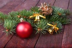 Decoración de la Navidad con las bolas, el árbol de navidad y los conos de abeto coloridos hermosos en fondo de madera Foto de archivo