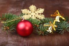 Decoración de la Navidad con las bolas, el árbol de navidad y los conos de abeto coloridos hermosos en fondo de madera Fotografía de archivo libre de regalías