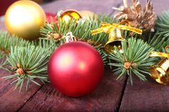 Decoración de la Navidad con las bolas, el árbol de navidad y los conos de abeto coloridos hermosos en fondo de madera Fotos de archivo
