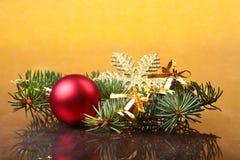 Decoración de la Navidad con las bolas, el árbol de navidad y los conos de abeto coloridos hermosos en fondo de madera Fotografía de archivo