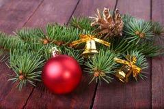 Decoración de la Navidad con las bolas, el árbol de navidad y los conos de abeto coloridos hermosos en fondo de madera Fotos de archivo libres de regalías