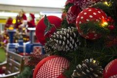 Decoración de la Navidad con las bolas, flores, cestas, árbol con el lig Foto de archivo libre de regalías