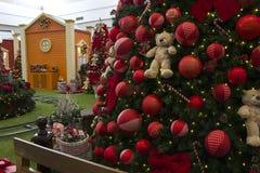 Decoración de la Navidad con las bolas, flores, cestas, árbol con el lig Foto de archivo