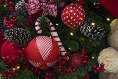 Decoración de la Navidad con las bolas, las flores, las cestas, el árbol y el ligh Fotografía de archivo