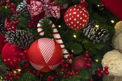 Decoración de la Navidad con las bolas, las flores, las cestas, el árbol y el ligh Fotos de archivo